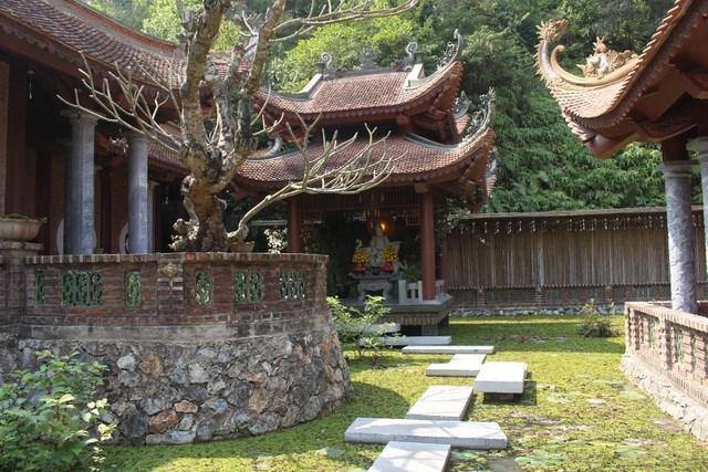Tòa điện nhỏ thờ Phật Bà Quan Thế Âm đặt giữa hồ sen.