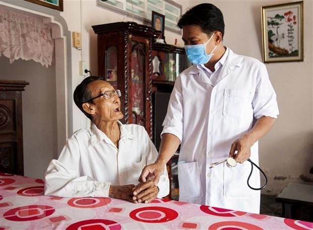 Bác sĩ Danh Ngọc Châu thăm hỏi bệnh tình ông Trịnh Ghế (78 tuổi), ấp Sua Đũa, xã Vĩnh Hòa Hiệp, huyện Châu Thành. (Ảnh: Hồng Đạt/TTXVN)