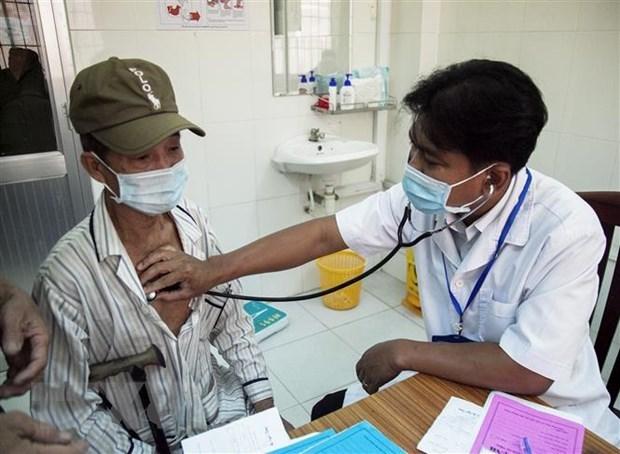 Bác sỹ Danh Ngọc Châu khám bệnh cho người dân tại Phòng khám Trung tâm Y tế huyện Châu Thành. Ảnh: Hồng Đạt/TTXVN.