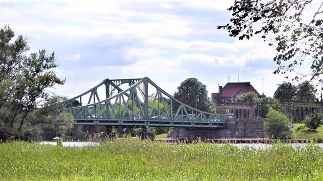 """""""Cầu điệp viên"""" Glienicke nhìn từ phía Berlin. Nguồn: topwar.ru."""