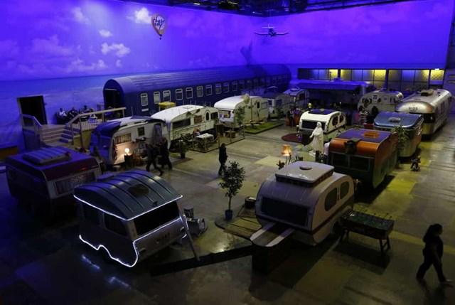 BaseCamp Young Hostel, Đức bao gồm một số xe kéo cổ điển, xe tải, xe máy và trại viên được đặt trong một nhà kho bỏ trống.