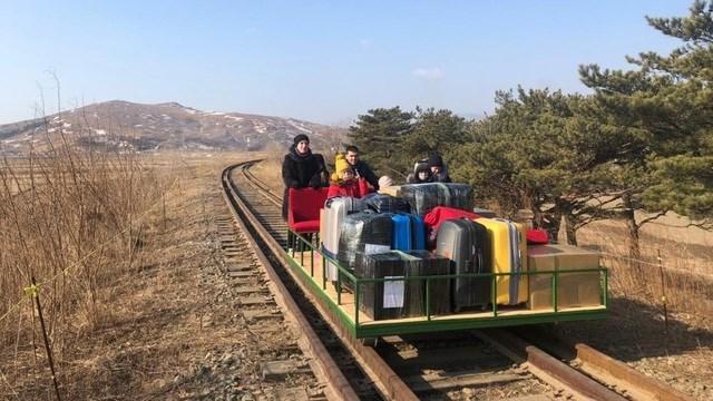 Nhà ngoại giao Nga đẩy xe đưa gia đình từ Triều Tiên băng qua biên giới. Ảnh: Bộ Ngoại giao Nga.