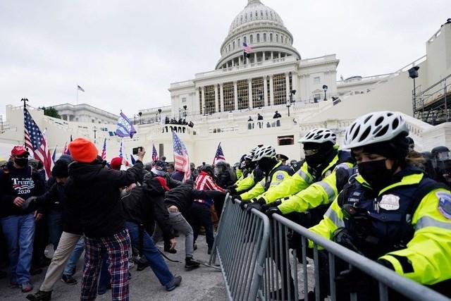 Những người ủng hộ ông Trump bên ngoài trụ sở quốc hội Mỹ ngày 6/1. Ảnh: Reuters.