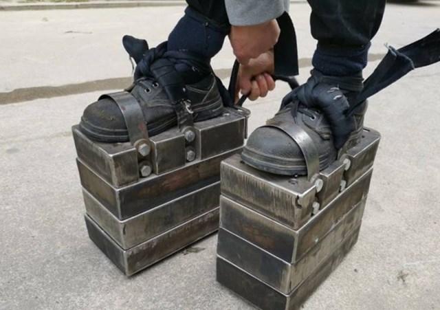 Đi 'giày sắt' 150 kg luyện sức khỏe - Ảnh 1