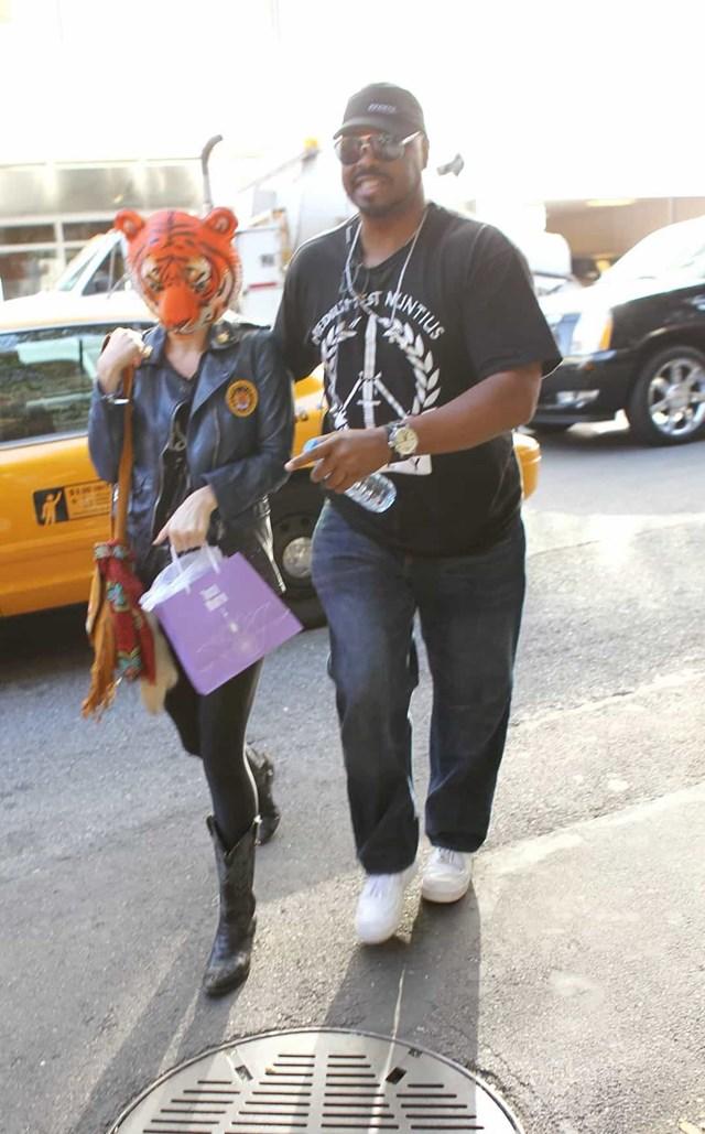 Kesha đeo mặt nạ hổ khi xuống taxi để tránh lộ mặt.