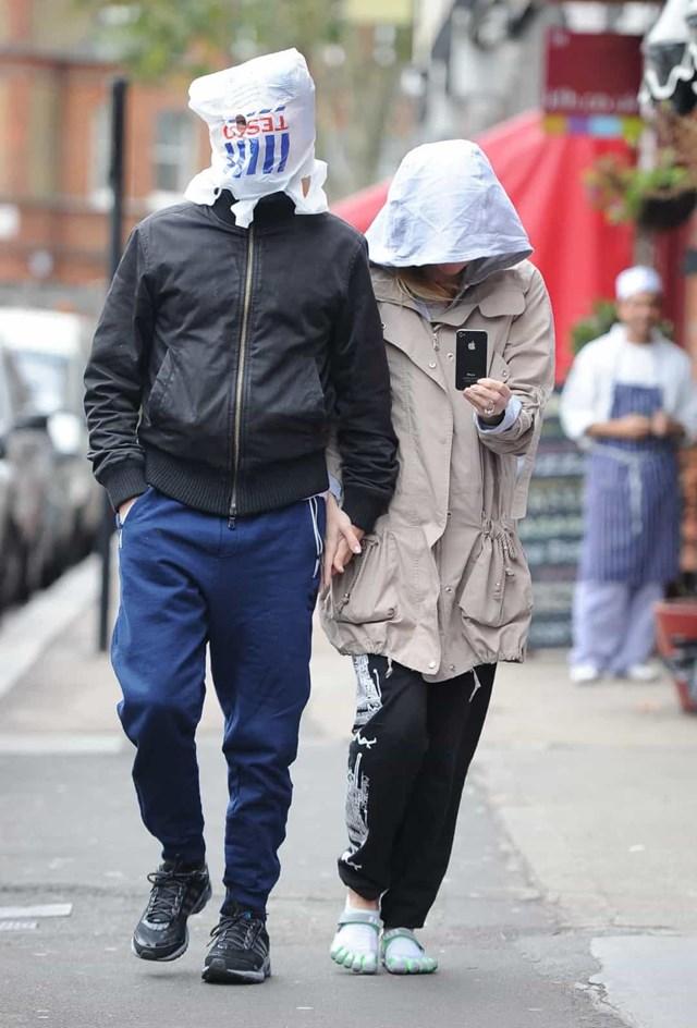 Matt Bellamy đã tránh các nhiếp ảnh gia một cách thành thạo bằng cách che mặt bằng một chiếc túi mua sắm Tesco.