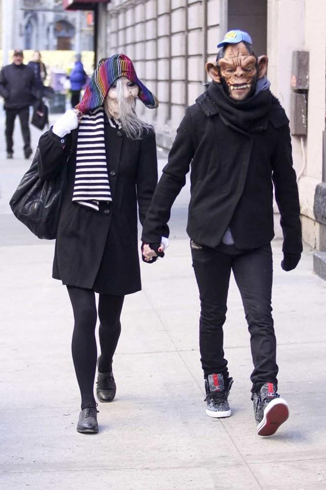 Ashlee Simpson và Pete Wentz cũng đeo mặt nạ Halloween gớm ghiếc khi đi hẹn hò.