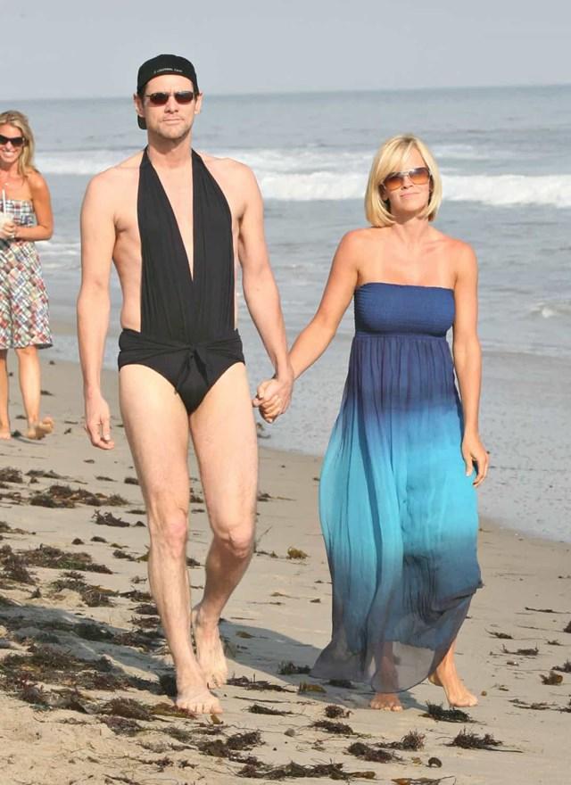 Jim Carrey đổi quần áo với bạn gái trên bãi biên khi bắt gặp tay săn ảnh và mặc đồ tắm cho cô ấy.