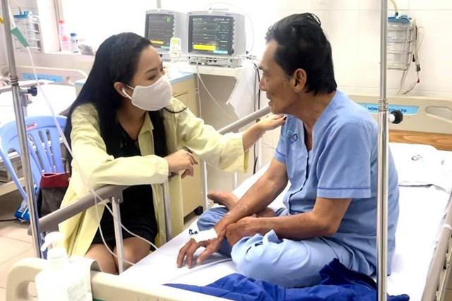 Trịnh Kim Chi (trái) thăm Thương Tín ở bệnh viện đa khoa Tâm Trí Sài Gòn, quận 12, hôm 27/2. Ảnh: Nhân vật cung cấp.