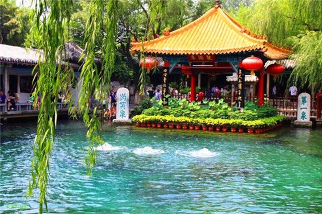Suối Baotu trong công viên là một trong những điểm đến nổi tiếng nhất thành phố Tế Nam