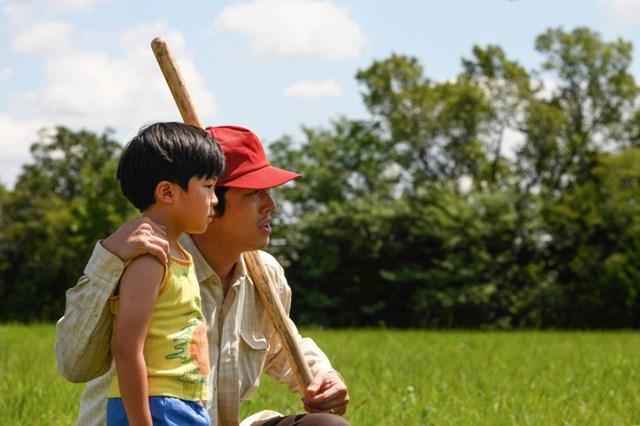 """Steven Yeun (phải) và Alan Kim xuất hiện trong """"Minari"""" của Lee Isaac Chung."""