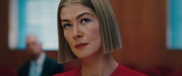 "Rosamund Pike trong vai Marla trong ""I Care A Lot"" trên Netflix."