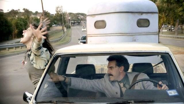 "Sacha Baron Cohen và Maria Bakalova trong phim ""Borat Subsequent Moviefilm""."