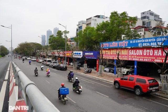 Theo phản ánh của người dân sinh sống trên tuyến đường Nguyễn Văn Huyên (Cầu Giấy, Hà Nội), thời gian gần đây, hàng cây sưa đỏ trồng trên vỉa hè nơi đây có dấu hiệu khô héo, mục nát, trơ trụi lá và không còn khả năng sinh trưởng.