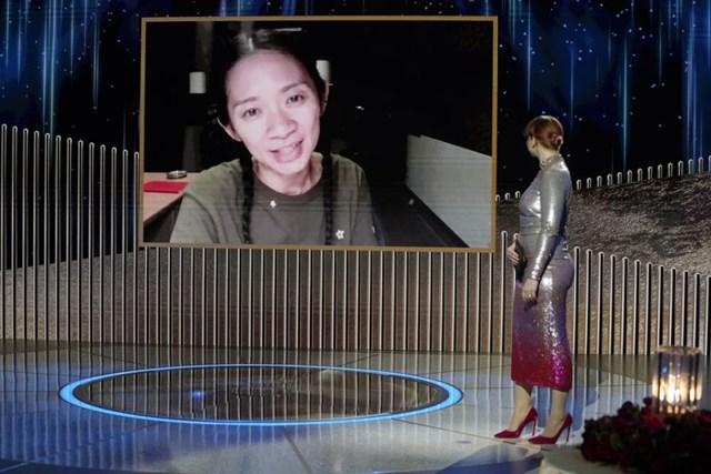 """Chloe Zhao nhận giải đạo diễn xuất sắc nhất cho """"Nomadland""""."""