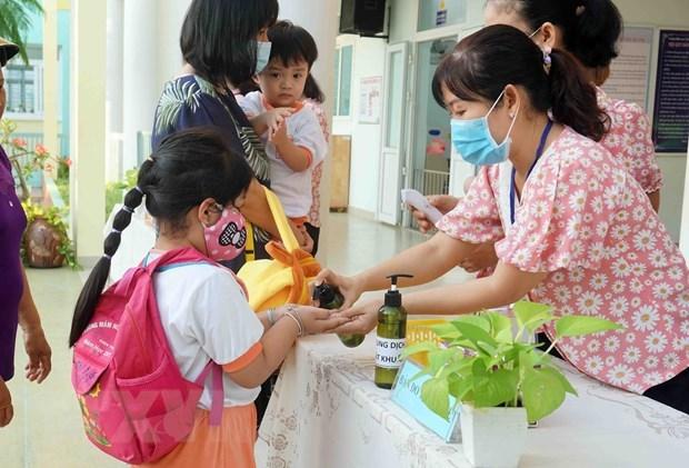Giáo viên Trường Mầm non Tuổi thơ (Quận 8, TP HCM) hướng dẫn trẻ rửa tay trước khi vào lớp. Ảnh: Thu Hoài.