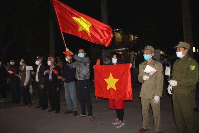 Người dân thành phố Chí Linh (tỉnh Hải Dương) trước thời khắc công bố dỡ phong tỏa lúc 0h ngày 3/3/2021. Ảnh: Đ.Tùy.