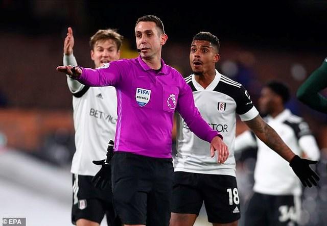 Trọng tài Coote từ chối bàn thắng của Fulham.