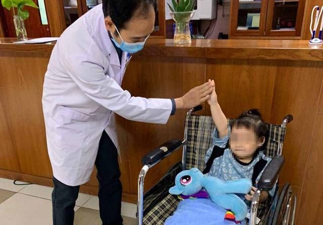 Bệnh nhi được xuất viện sau 5 ngày điều trị, sáng 5/3. Ảnh: Khánh Chi.