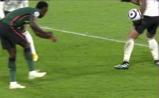 Sanchez phá bóng lên trúng tay Lemina bật ra.