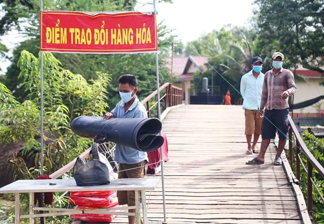 Lực lượng BĐBP Đồn Biên Phòng Thông Bình tổ chức điểm trao đổi hàng hoá không tiếp xúc.