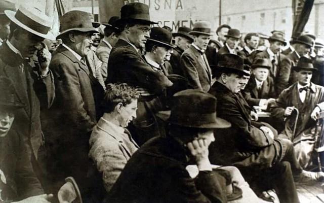 Ở nước Cộng hòa Ireland, phụ nữ trên 30 tuổi có thể bỏ phiếu từ năm 1918. Năm 1922, Nhà nước Tự do Ireland trao quyền bầu cử bình đẳng cho nam giới và phụ nữ. Trong ảnh là Tổng thống đầu tiên của Ireland, Éamon De Valera, đang phát biểu trước một đám đông ở Dublin.