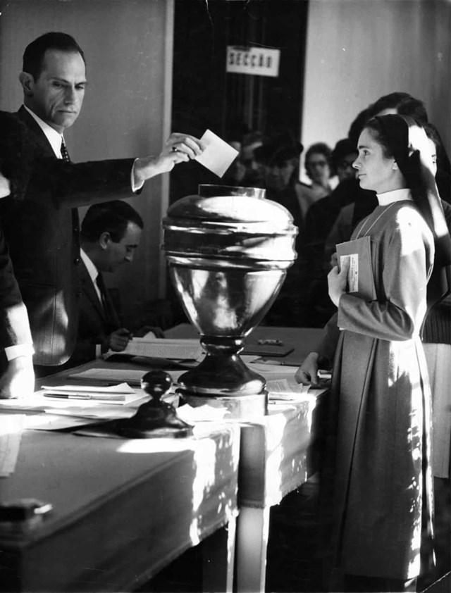 Phụ nữ Bồ Đào Nha được trao quyền bầu cử vào năm 1931, với điều kiện họ phải hoàn thành giáo dục đại học hoặc trung học cơ sở. Hạn chế này đã được dỡ bỏ vào năm 1934, cho phép tất cả phụ nữ được quyền bầu cử. Bức ảnh chụp một nữ tu bỏ phiếu bầu của mình vào năm 1969.