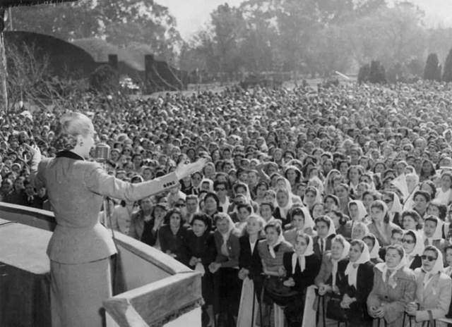 Phụ nữ được trao quyền bầu cử ở Argentina vào năm 1947. Trong ảnh là Eva Peron, người có công trong việc đảm bảo quyền bầu cử cho phụ nữ, phát biểu trước đám đông.