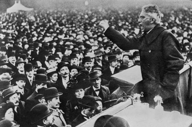 Phụ nữ Đức được trao quyền bầu cử vào năm 1918. Trong ảnh là nhà xã hội chủ nghĩa Đức Karl Liebknecht, người đồng sáng lập Liên đoàn Spartacist, phát biểu tại Berlin khi cuộc cách mạng Đức bùng nổ.