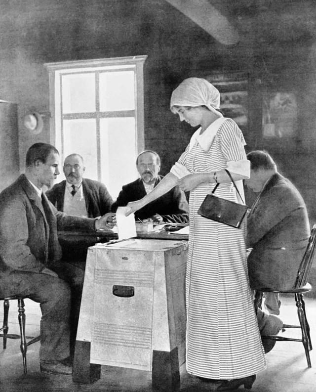 Phụ nữ được trao quyền bầu cử ở Phần Lan vào năm 1906.