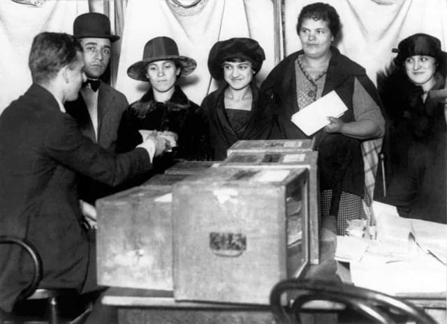 Phụ nữ ở Mỹ được trao quyền bầu cử vào năm 1920. Trong ảnh, một số phụ nữ đang xếp hàng để bỏ phiếu ở New York khi lần đầu tiên được cho phép.