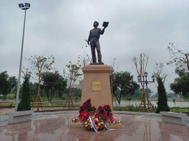 Tượng đài A.S.Pushkin đang đọc thơ được đặt trang trọng trong khuôn viên của Công viên Hòa Bình.