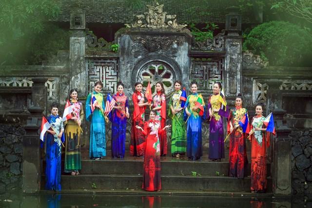 (35)-Đưa quốc hoa ASEAN lên áo dài