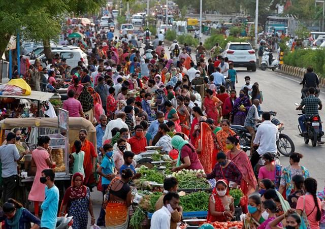 Người dân Ấn Độ đổ xô đi mua sắm khi các biện pháp hạn chế vừa được nới lỏng. Ảnh: Reuters.