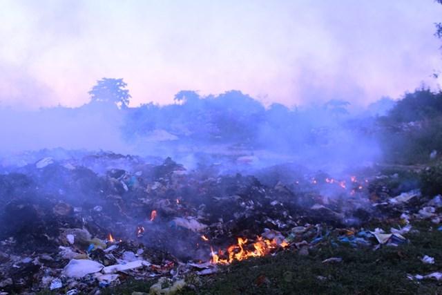 """Bãi rác xã Thọ Thành được xử lý bằng công nghệ """"đốt"""" thủ công."""