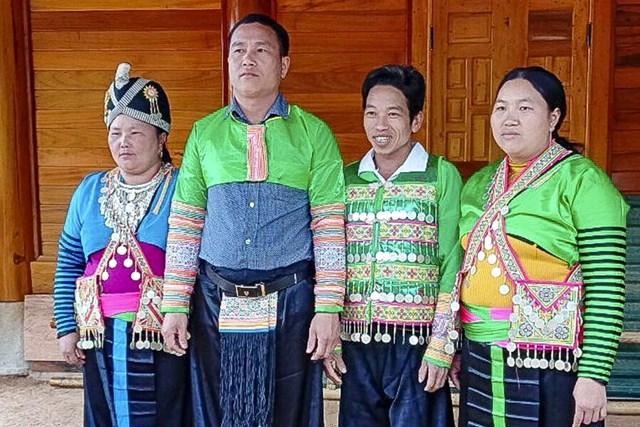 Trưởng bản Mùa Xuân Thao Văn Dia (thứ 2 từ trái qua).