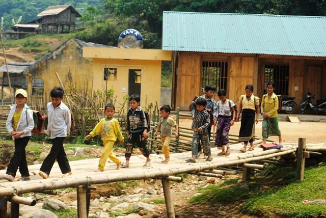 Khi đói nghèo được đẩy lùi, trẻ em ở Mùa Xuân đã được cắp sách tới trường.