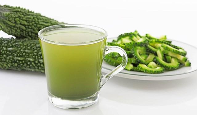 Mướp đắng bỏ ruột thái lát nấu nước uống rất tốt cho người bệnh đái tháo đường, sốt cao mất nước, miệng khô, họng khát.