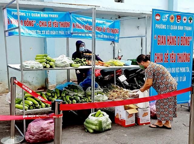"""Mô hình """"Gian hàng 0 đồng chia sẻ yêu thương"""" phục vụ bà con nhân dân vùng dịch quận Bình Thạnh, TP HCM."""