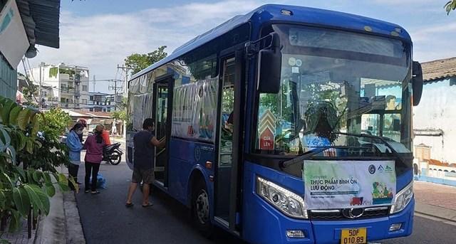 Xe buýt lưu động bán thực phẩm tại TP HCM. Ảnh: Bảo Yến.