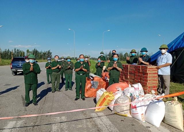 Các thương binh, cựu chiến binh huyện Lộc Hà tham gia công tác tiếp nhận và phân phối nhu yếu phẩm phục vụ phòng chống dịch.