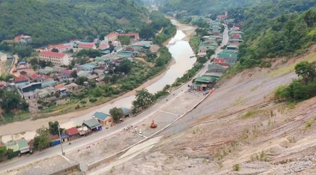 Những căn nhà chênh vênh bên dòng sông Nậm Nơn đoạn qua xã Hữu Kiệm, huyện Kỳ Sơn có thể đổ sập xuống sông bất cứ lúc nào.