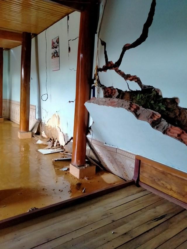 Căn nhà của anh Xeo Văn Anh vừa xây bị hỏng nặng.