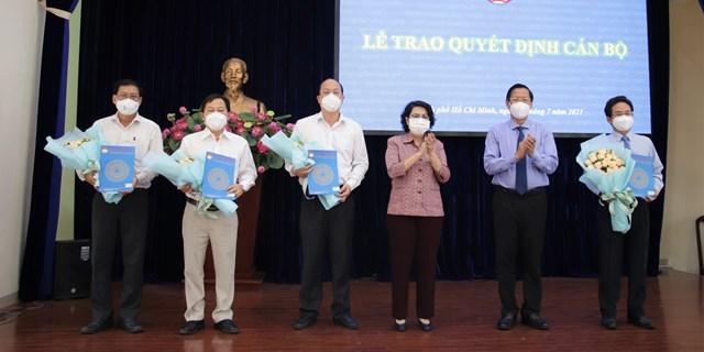 Phó Bí thư Thường trực Thành ủy TPHCM Phan Văn Mãi và Chủ tịch Ủy ban MTTQ Việt Nam TP Tô Thị Bích Châu trao quyết định và tặng hoa chúc mừng các cán bộ nhận nhiệm vụ mới.