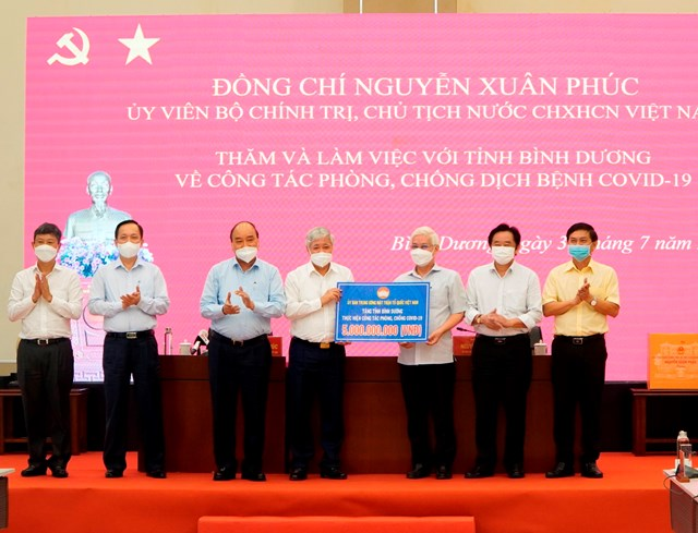 Chủ tịch UBTƯ MTTQ Việt Nam Đỗ Văn Chiến trao 5 tỷ đồng hỗ trợ tỉnh Bình Dương phòng, chống dịch.