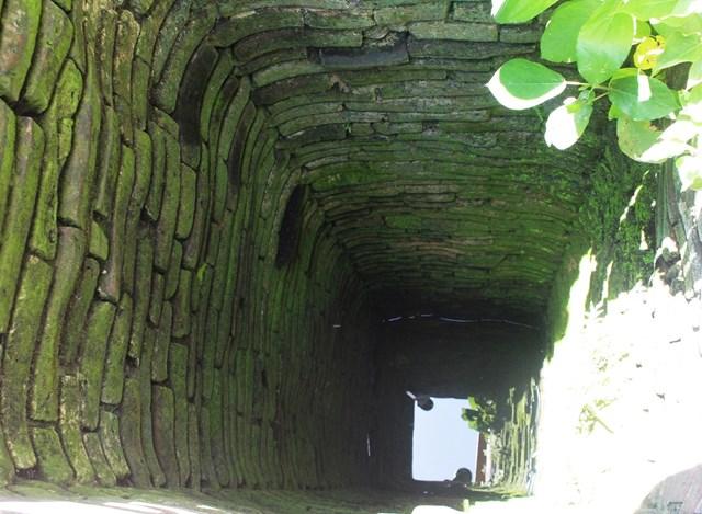 Từ trên nhìn xuống, giếng cổ Bá Lễ có hình vuông.