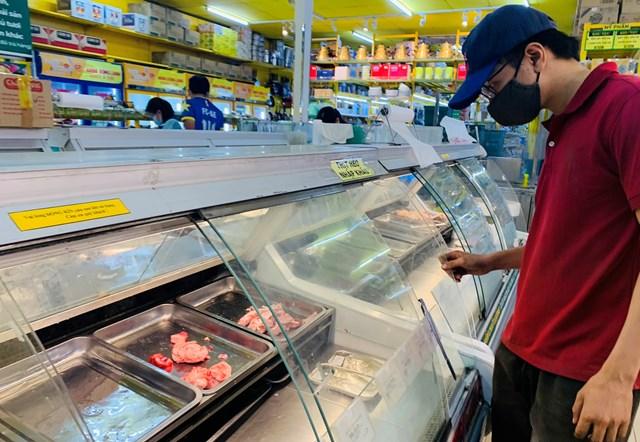 Nhiều quầy thịt tươi sống ở siêu thị luôn trống trơn.