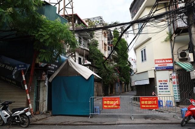 Phong tỏa tạm thời ngõ 651 Minh Khai (phường Thanh Lương, quận Hai Bà Trưng, Hà Nội). Ảnh Quang Vinh.