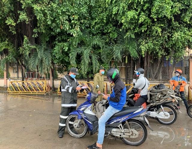 Lực lượng chức năng tại chốt kiểm soát dịch bệnh quốc lộ 1K, phường Hóa An yêu cầu nhiều người về quê bằng xe máy phải quay đầu cho dù có giấy xét nghiệm kết quả âm tính và trình bày nhiều lý do.