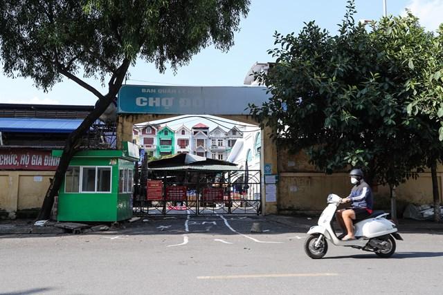 Chợ Đồng Xa (quận Cầu Giấy) tạm dừng hoạt động. Ảnh: Quang Vinh.